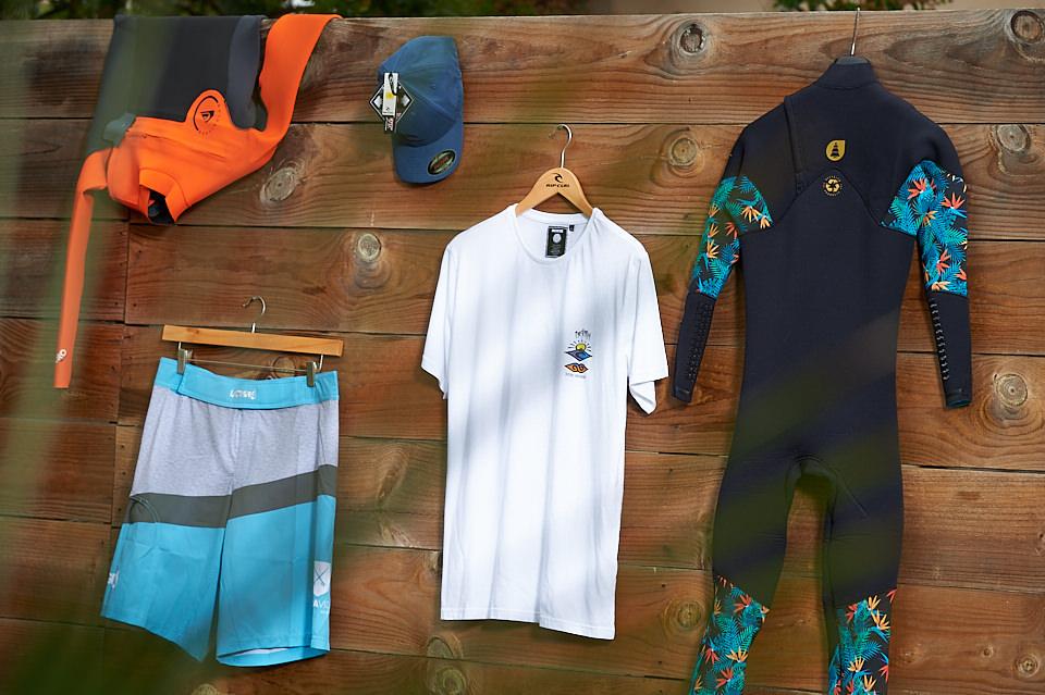 Boardshorts, casquette, combinaisons et t-shirt