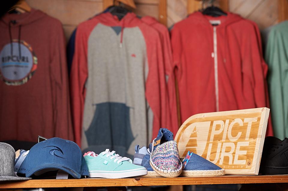 Espadrilles, casquettes et sweat-shirts