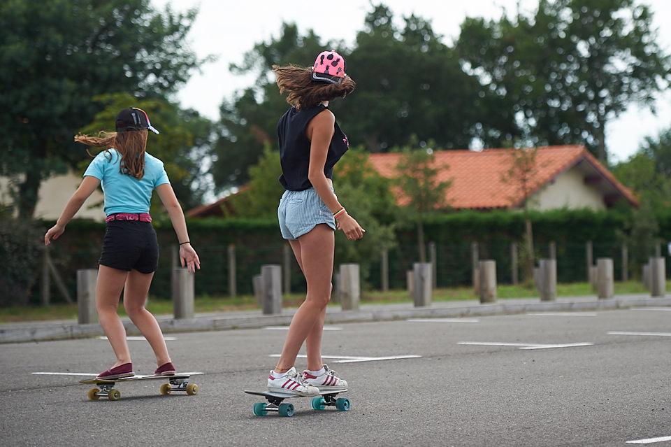 Filles en skate longboard